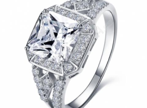 b020be3ac51 Luxusný prsteň vykladaný s lesklým kameňom a drobnými zirkónmi