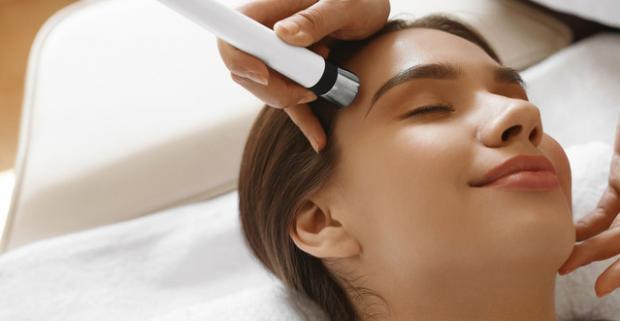 Diamantová mikrodermabrázia s masážou tváre a farbením obočia. Doprajte svojej pleti starostlivosť a k tomu trochu uvolnenia.