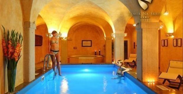 Cez deň sa oddávajte poznávaniu prírody, večer si oddýchnite v kúpeľoch či v neobmedzenom wellness v luxusnom 4* zámku Skále v Poľsku.