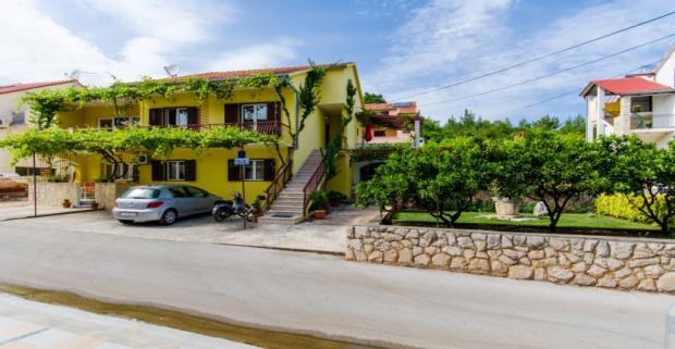 Spoznajte s nami nádherný chorvátsky ostrov Hvar. Komfortné ubytovanie vám poskytnú Apartmány a Izby Anita vzdialené len 70m od mora.