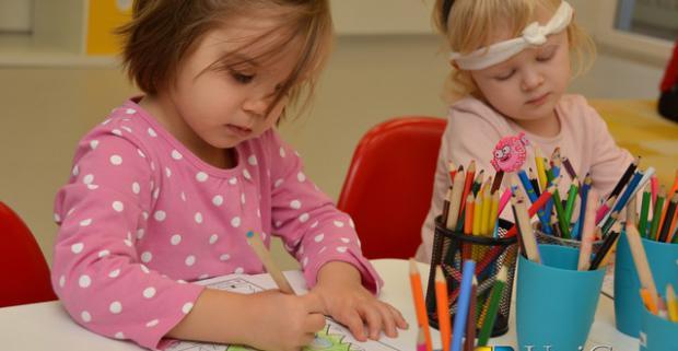 Rozmanité krúžky pre detičky, ale aj ich mamičky. Kreslenie, šikovné rúčky, angličtina, hudba a spev, pilates, joga, baby masáže a ďalšie.