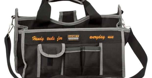 Malá praktická polyesterová taška na náradie. Vrecká rôznych veľkostí, kovové vešiačiky a popruhy vo vnútri aj z vonku.