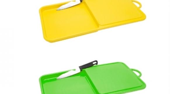 Praktická plastová krájacia doska s prehĺbenou odkladacou plochou a s multifunkčným nerezovým nožíkom. Nepostrádateľný kuchynský pomocníci.