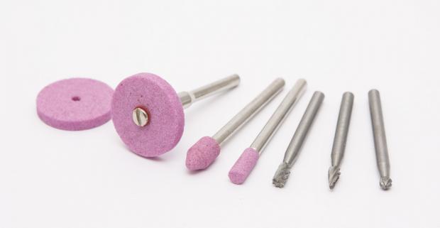 Originálna brúsna a gravírovacia sada. Obsahuje 8 kusov praktických pomôcok pre ozdobovanie či obrusovanie rôznych výrobkov.