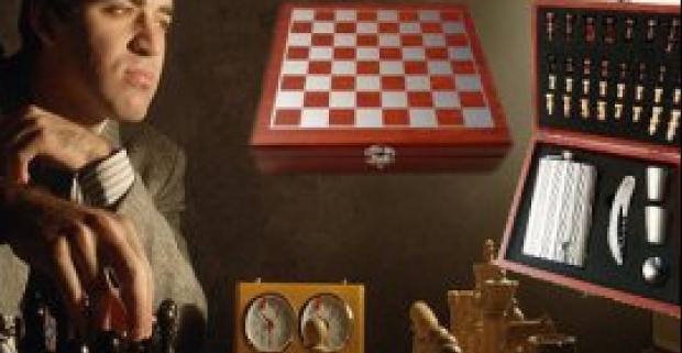 Darčeková kazeta - šachový stôl s placačkou a príslušenstvom. Nádherný darček pre šachistu, ktorý si rád pri hre vychutná alkohol.