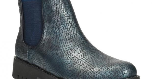 2d7a961fde2a Pohodlná dámska členková obuv na zimu. Topánky v štýle Chelsea vyzerajú na  prvý pohľad ako vyrobené z metalickej hadej kože.