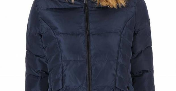 Tmavomodrá dámska prešívaná bunda s kapucňou lemovanou syntetickým kožúškom je skvelým kúskom do chladných dní.