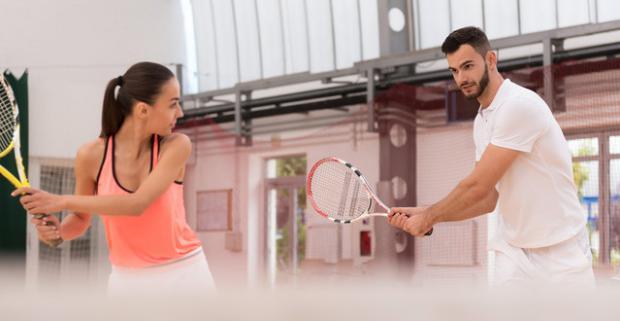 Hra tenisu s profesionálnym trénerompre 1 - 4 hráčov. Zahrajte si tenis s profesionálnym trénerom sami alebo s priateľmi.