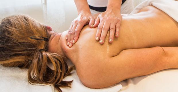 Zatvorte oči a užite si nekonečný relax. Thajská relaxačná masáž s teplým BIO kokosovým olejom v hoteli Apollo alebo darčeková poukážka.