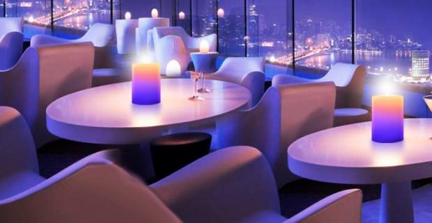 Kúzelná sviečka MAGICCANDLE je vyrobená z pravého vosku a po zapálení jemne strieda farby, čím spríjemní atmosféru pri romantickej večeri.
