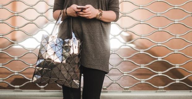 Jedinečná kabelka Lockme v lesklých farbách prebudí vašu eleganciu a štýl.  Vykročte do mesta s najštýlovejším doplnkom tejto sezóny. e64397be166