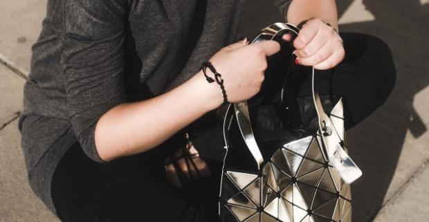 Jedinečná kabelka Lockme v lesklých farbách prebudí vašu…  43d464001a1
