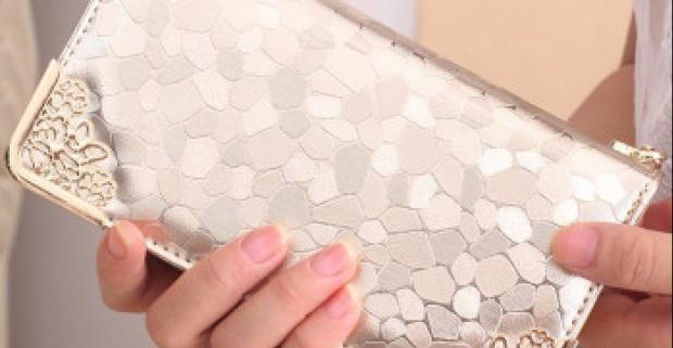 Dámy, milujete luxus? Potom by vás mohla zaujať táto elegantná peňaženka. Hrany sú vybavené kovovým zdobením, vyberte si z 3 farieb.