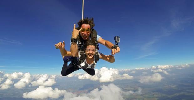Darujte zážitok na celý život. Šialený výskok do oblakov a voľný pád – tandemový zoskok zo 4 km + kamerový záznam.