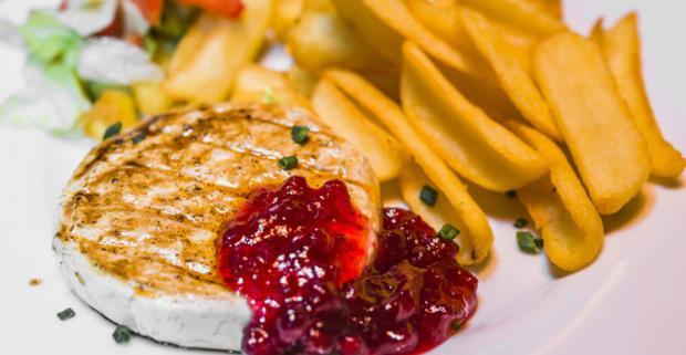 Zabudnite aspoň jeden deň na mäso a dajte si hermelín. Jemne okorenený, pripravený na grile so sladkou brusnicovou omáčkou a hranolkami.
