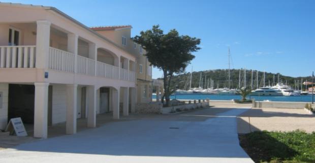 Spoznajte s nami pobrežie chorvátskej Dalmácie! Pobyt v Apartmánoch Ante s výhľadom na more v letovisku Rogoznica na riviére Šibenik.