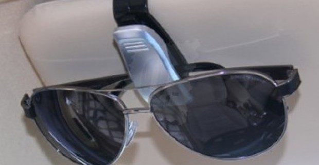 Držiak na slnečné okuliare na tienidlo do auta 29e94d05331