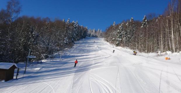 a09afa744 Celodenný skipas do lyžiarskeho strediska SKI Centrum Mraznica so vstupom  na krytú ľadovú plochu.