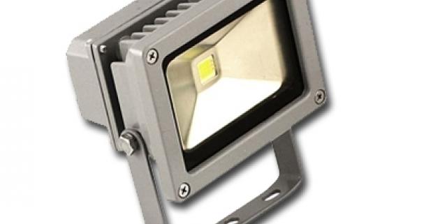 LED reflektor s výkonom 10 W – úspora energií až 90 %. Vhodný do vonkajšieho prostredia na osvetlenie reklám, garáží, dvorov či parkovísk.