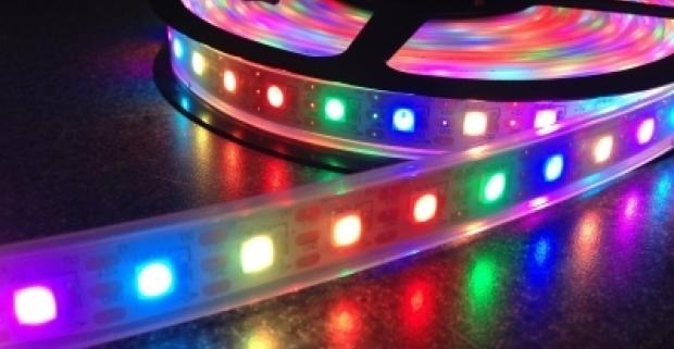 Farebný svietiaci LED pás dlhý 5 metrov, na zadnej strane so samolepiacou vrstvou. Rýchle, jednoduché a originálne skrášlenie interiéru!