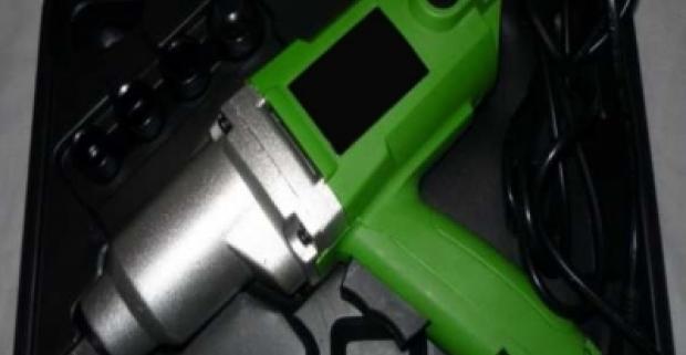 Elektrický rázový uťahovák na uvoľnenie zhrdzavených a zoxidovaných spojov. Jednoduchá manipulácia, upínacie puzdro.