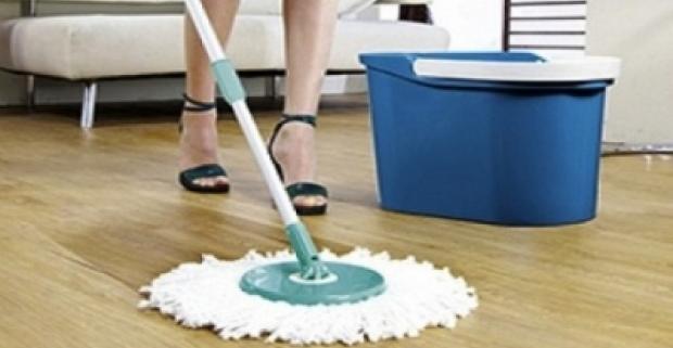 Mop s rotačnou hlavicou a vedrom na vodu. Dokonalé a rýchle vyčistenie všetkých druhov podláh bez námahy pri žmýkaní.