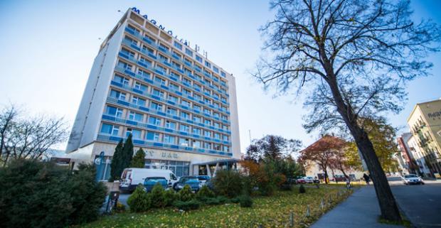 Doprajte si liečebno-relaxačný pobyt s polpenziou, procedúrami, vírivkou a s voľným vstupom do bazéna v hoteli Magnólia**** v Piešťanoch.