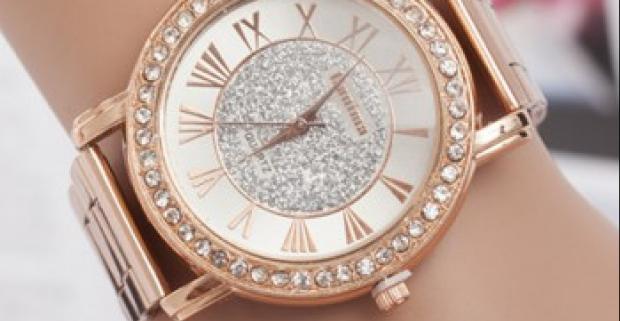 130b4e883 Elegantné dámske hodinky v zlatej farbe. Luxusný doplnok po obvode zdobený  drobnými bielymi kamienkami z brúseného skla.