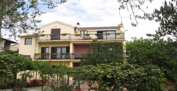 Chorvátska dovolenka v apartmánoch Ivica, ktoré sú vzdialené od mora iba 150 m. Ubytovanie je vhodné pre rodinnú dovolenku.