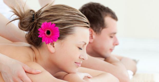 Doprajte si romantickú masáž pre dvoch alebo vyskúšajte aromaterapeutickú či medovú masáž len vy v tichu a pohodlí.