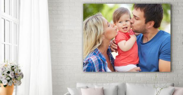 Tlač fotografií na plátno. Nemusíte svoje spomienky vešať na klinec doslova. Stačí si ich zavesiť na stenu a stane sa z nich dekorácia.